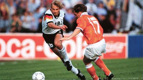 Klinsmann (trái) ấn tượng với bàn thắng vào lưới Hà Lan tại vòng 1/8 của World Cup 1990