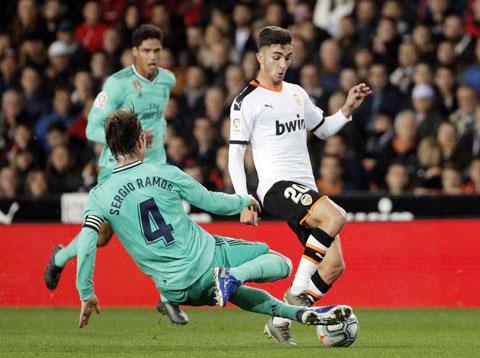 """Ferran Torres (phải) được đánh giá là """"ngọc thô"""" sáng giá hàng đầu của bóng đá Tây Ban Nha"""