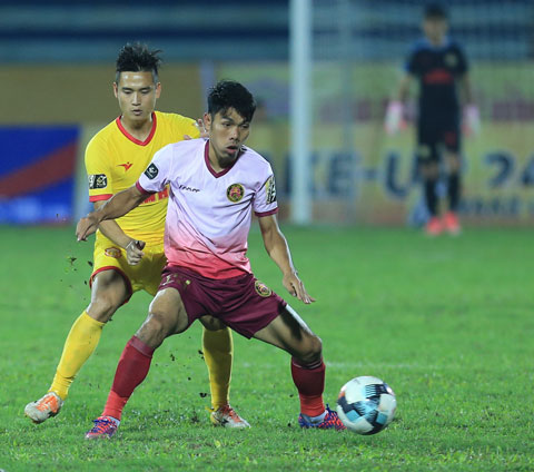 Văn Triền (trước) dũng mãnh tại V.League trong màu áo Sài Gòn FC ảnh: Đức Cường