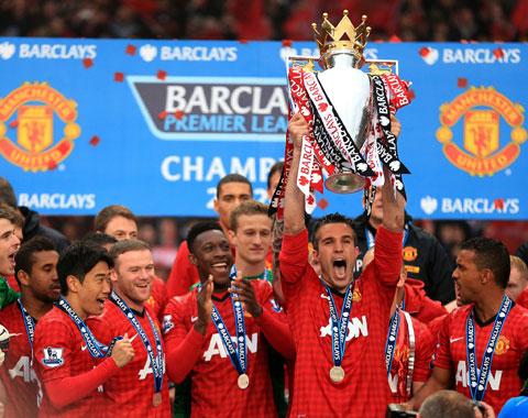 Robin van Persie nâng cao chức vô địch Premier League 2012/13 ngay trong mùa bóng đầu tiên anh gia nhập sân Old Trafford