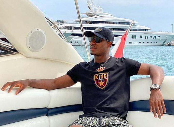 Tiền đạo Odion Ighalo thảnh thơi trên du thuyền