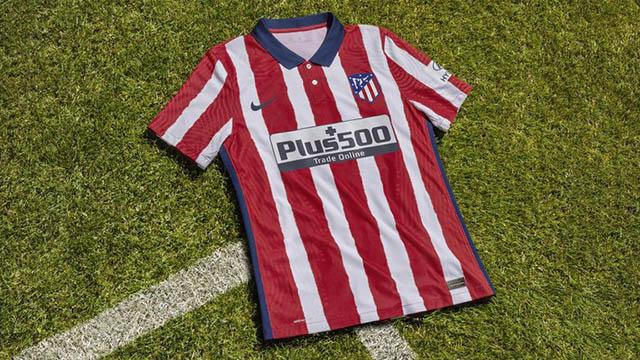 Áo đấu sân nhà của Atletico Madrid với cổ áo làm điểm nhấn. Về cơ bản không có nhiều thay đổi khi vẫn sọc đỏ - trắng truyền thống