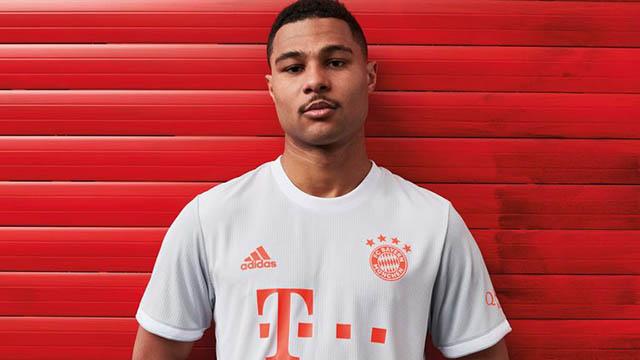 """Cầu thủ chạy cánh Serge Gnabry (Bayern Munich) được mời làm """"mẫu ảnh"""" trong bộ cánh mới trên sân khách 2020/21"""
