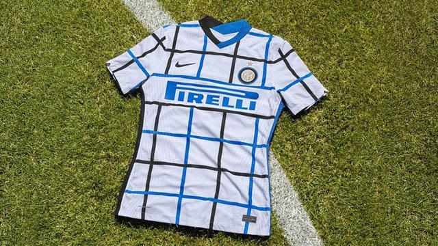 Áo đấu sân khách của Inter Milan có vẻ khá giống với bộ cánh truyền thống ĐT Croatia với hoạ tiết kẻ caro