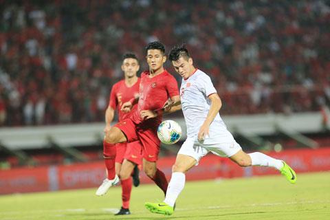 Tiến Linh (áo sáng) cho rằng các đội tuyển sẽ có thêm thời gian chuẩn bị nếu AFF Suzuki Cup 2020 phải dời sang tháng 4/2021 - Ảnh: PHAN TÙNG