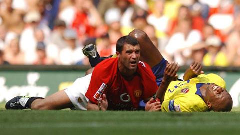 Khi Keane (MU, trái) tranh chấp cùng Vieira (Arsenal), việc họ cùng lăn đùng ra sân là chuyện thường tình