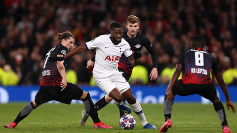 Ndombele (áo trắng) được chiêu mộ với giá 62 triệu euro nhưng liên tục gây thất vọng ở Tottenham