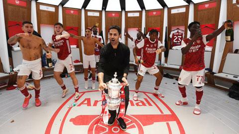 Cận cảnh lễ ăn mừng chức vô địch FA Cup cực nhộn của cầu thủ Arsenal