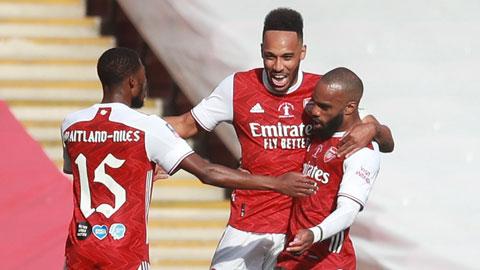 Aubameyang (giữa) chia vui cùng các đồng đội sau khi ghi bàn vào lưới Chelsea ở trận bán kết FA Cup rạng sáng qua