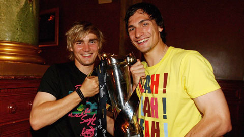 Schmelzer (trái) và Hummels ăn mừng chức vô địch U21 châu Âu 2009