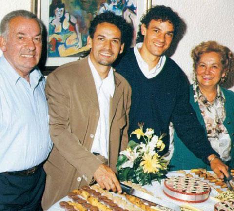 Roberto Baggio (thứ 2 từ phải qua)  và cha, ông Florindo Baggio