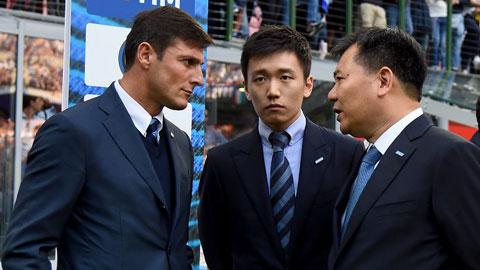 Sau trận đấu cuối cùng tại Serie A, Conte đã thẳng thừng chỉ trích BLĐ, trong đó có chủ tịch Zhang (giữa)