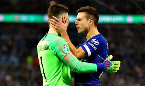 Cả thủ môn Kepa (trái) lẫn hậu vệ đội trưởng Azpilicueta đều sắp phải rời Chelsea