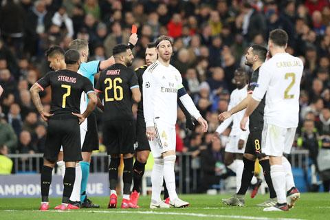 Sergio Ramos dính thẻ đỏ sau pha phạm lỗi với Gabriel Jesus trong trận lượt đi