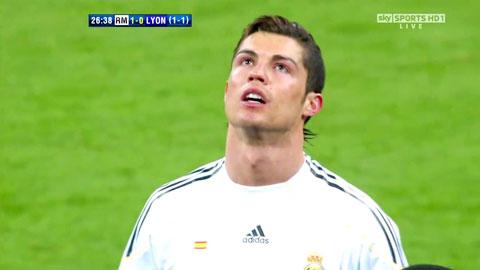 Ronaldo thẫn thờ khi Real bị Lyon loại ở 1/8 Champions League mùa 2009/10