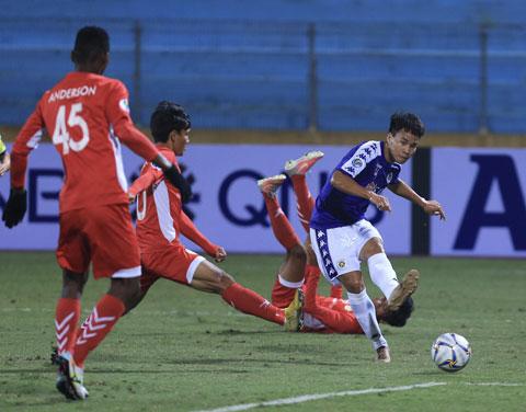 Văn Dũng (bìa phải) trong màu áo Hà Nội FC Ảnh: ĐỨC CƯỜNG