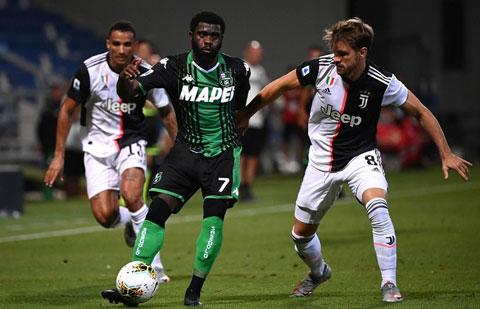 HLV De Zerbi vừa giúp Sassuolo (áo sẫm) có trận hòa quả cảm 3-3 với Juventus