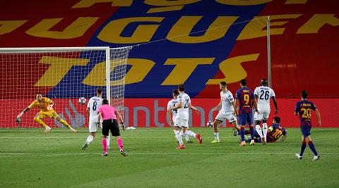 Messi phá tan hàng thủ Napoli với pha đi bóng khó tin