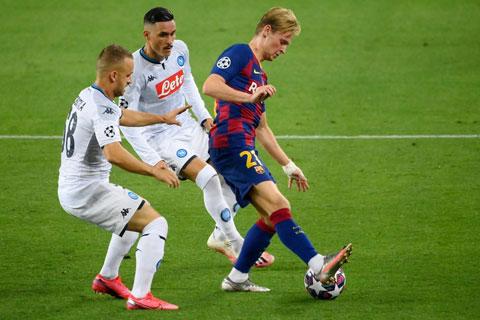 De Jong tự tin giữ bóng trong vòng vây của cầu thủ Napoli