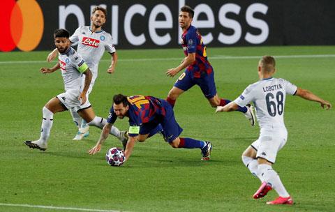 Tình huống Messi ghi bàn nâng tỷ số lên 2-0 dù trước đó bị hàng thủ Napoli đốn ngã