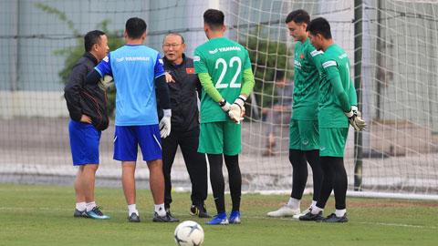 HLV Park Hang Seo dặn dò các thủ môn trong các lần tập trung trước đây Ảnh: Đức Cường