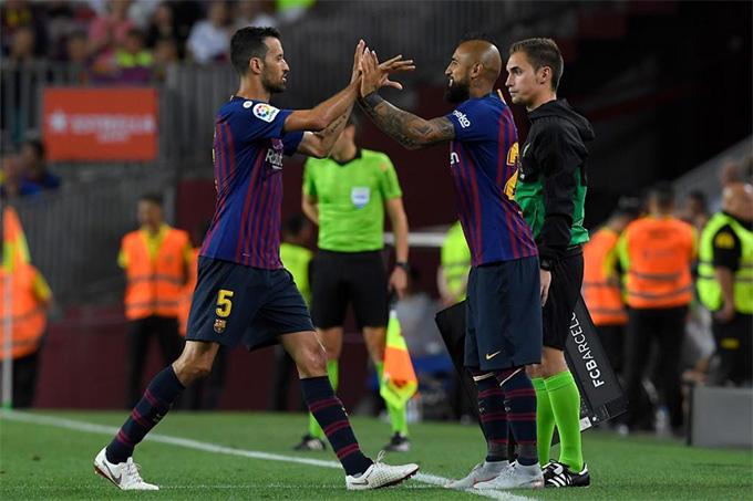 Busquets và Vidal đã mãn hạn treo giò