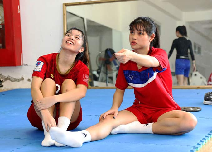Cầu thủ Ngô Thị Thư (bên trái) cùng Phan Thị Kim Liên của đội dự tuyển trẻ cũng đang tích cực phục hồi chấn thương cùng bác sỹ Choi.