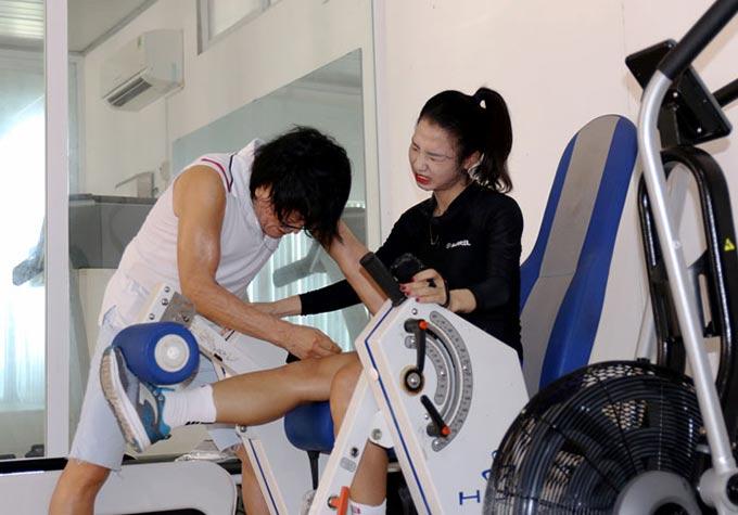 Cầu thủ của CLB Phong Phú Hà Nam Trần Thị Duyên đang tập phục hồi sau phẫu thuật nối dây chằng chéo trước