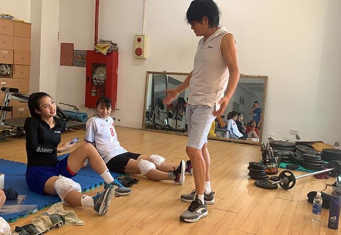 Bác sỹ Choi Ju Young thường xuyên trao đổi cách điều trị, tập luyện phục hồi đối với cầu thủ nữ