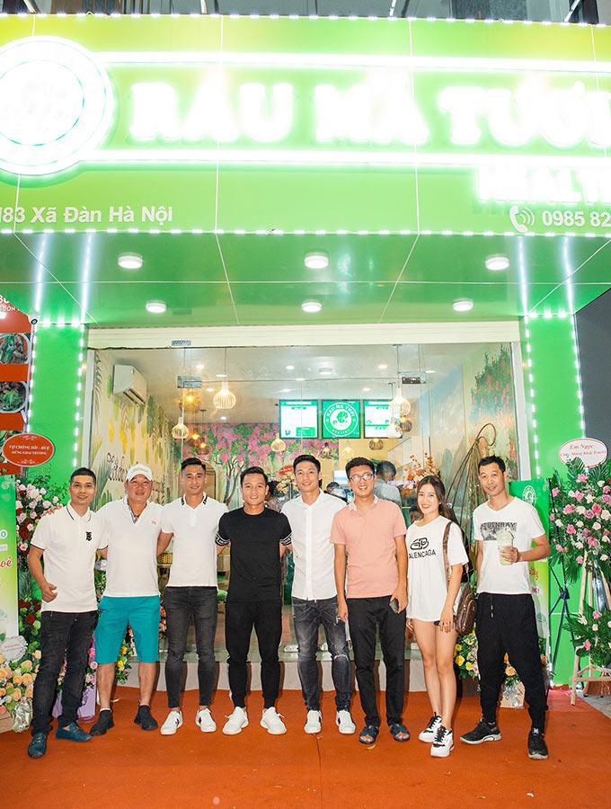 Tham dự lễ khai trương tối ngày 10/8 có tiền vệ Đinh Thanh Trung, cựu danh thủ Vũ Minh Hiếu