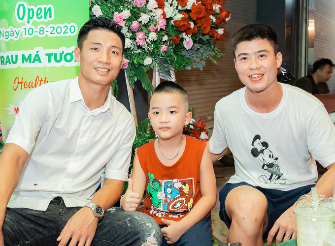 Trung vệ Duy Mạnh, người đồng đội thân thiết của Bùi Tiến Dũng ở ĐT Việt Nam cũng có mặt từ sớm để chúc mừng đàn anh khởi nghiệp kinh doanh