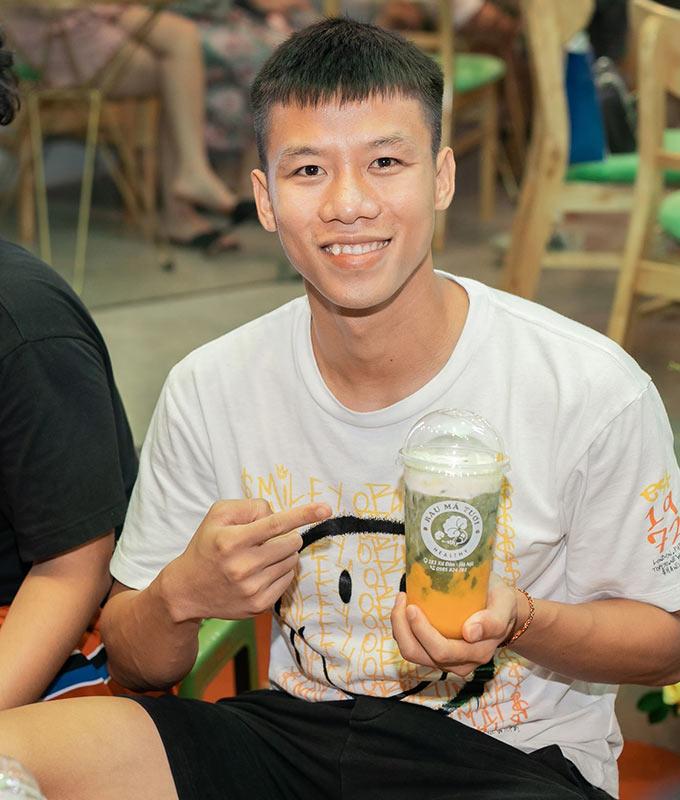 Đội trưởng ĐT Việt Nam - Quế Ngọc Hải chia sẻ anh sẽ thường xuyên uống rau má để nâng cao sức khoẻ bên cạnh ủng hộ những người đồng đội của mình trong kinh doanh