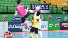 Kinh hoàng thủ môn Thái Lan bay người đạp đầu đối thủ