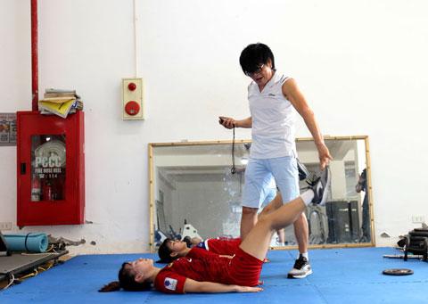 Bác sỹ Choi đang trực tiếp kiểm tra và điều trị chấn thương cho các nữ tuyển thủẢnh: VFF
