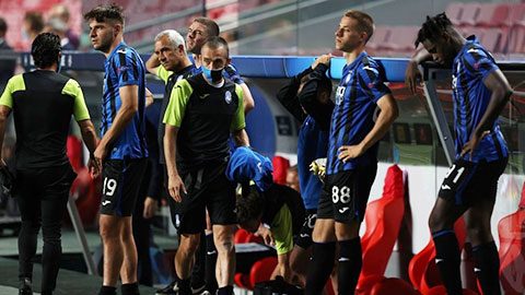 Cầu thủ Atalanta ôm đầu chết lặng sau khi thua ngược PSG trong 3 phút cuối