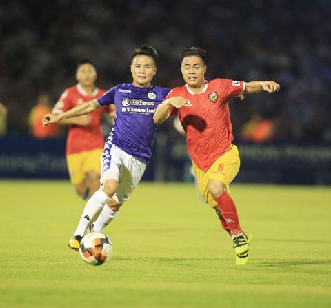 Bên cạnh những cựu binh, thầy Park quyết định trao cơ hội cho những cầu thủ có phong độ cao như Hoàng Anh (phải) - Ảnh: Minh Tuấn