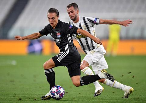 Caqueret (trước) đã có một trận đấu xuất sắc khi Lyon của anh vượt qua đại kình địch Juventus ở tứ kết