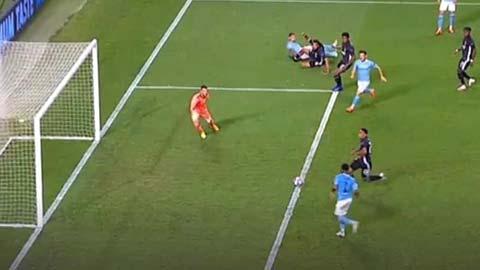 Pha bỏ lỡ không tưởng của Sterling đá bay Man City khỏi Champions League