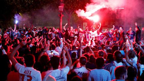 Bất chấp Covid-19, CĐV PSG vẫn náo loạn đường phố Paris sau khi đội nhà vào chung kết