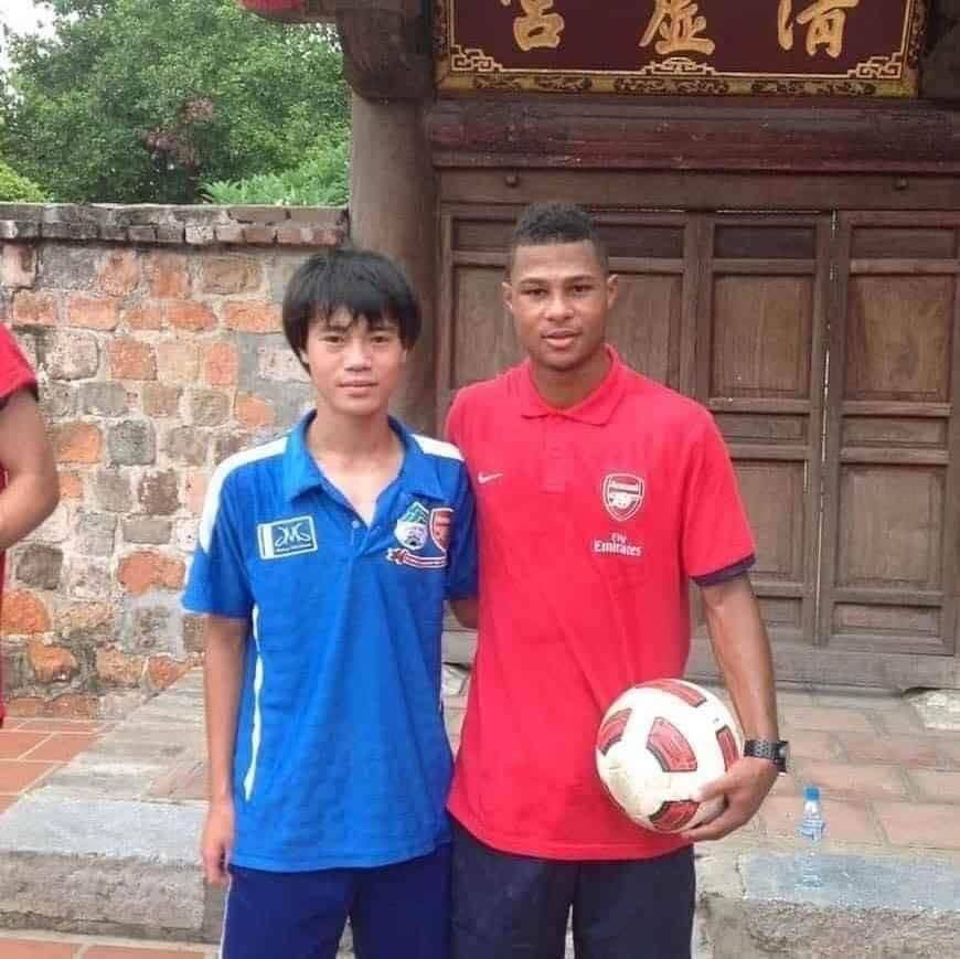 Gnabry chụp chung với Văn Toàn, tiền đạo tuyển Việt Nam