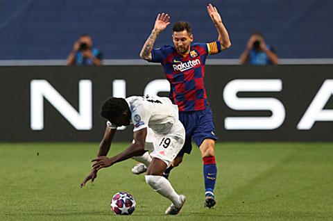 Messi khó chịu với yêu cầu đổi áo của Davies
