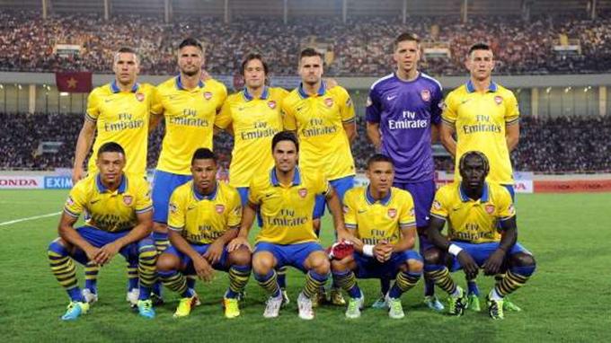 Gnabry (thứ 2 từ trái sang ở hàng dưới) đá chính trong trận đấu giữa ĐT Việt Nam và Arsenal