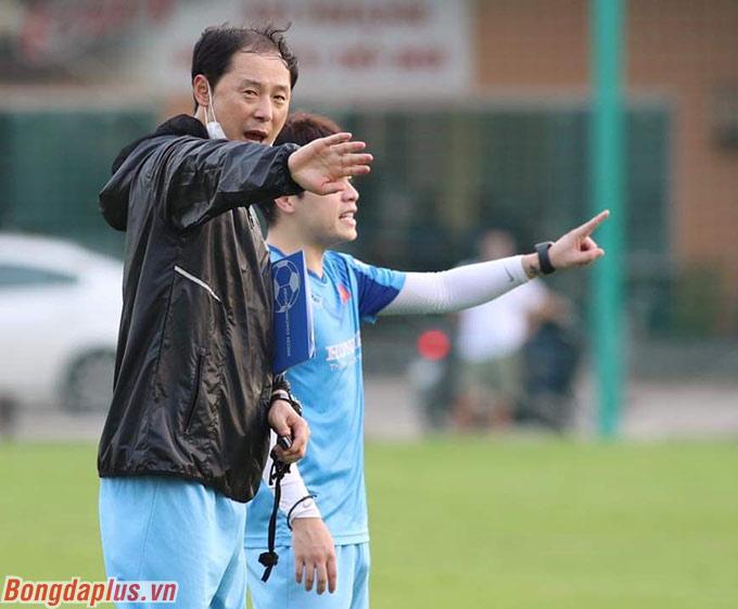 """Ở phần sân đối diện, trợ lý Kim Han Yoon cũng yêu cầu tuyển thủ U22 Việt Nam: """"Phải dùng cái đầu. Phải nghĩ các phương án chuyền trước khi nhận bóng. Có bóng rồi mới tính thì làm được gì nữa"""""""