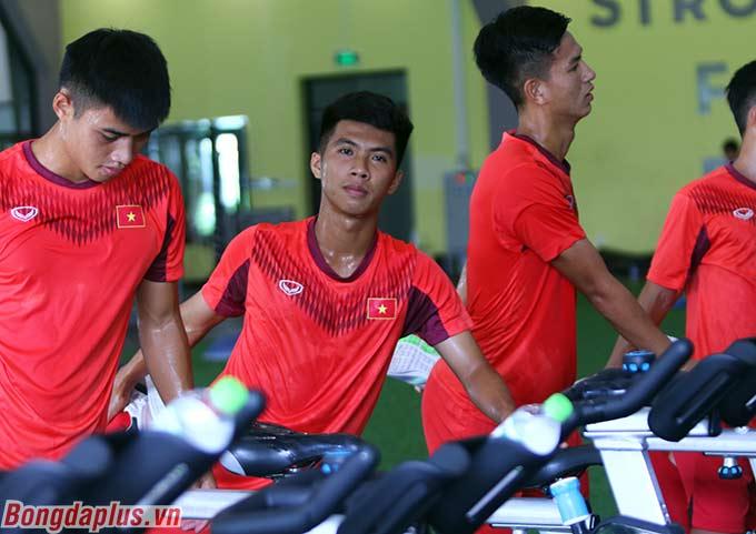 Ở buổi tập sáng nay, ông Troussier khen ngợi sự tập trung, nỗ lực của cầu thủ U19 Việt Nam