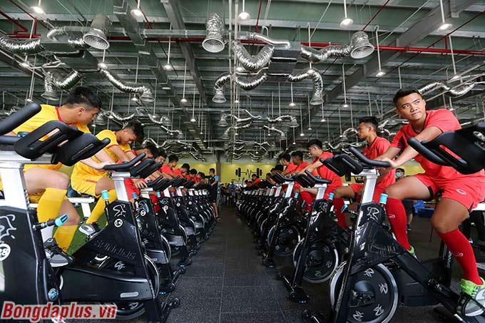 Các cầu thủ U19 Việt Nam phải đạp liên tục với cường độ cao và trung bình theo từng giai đoạn trên máy chạy