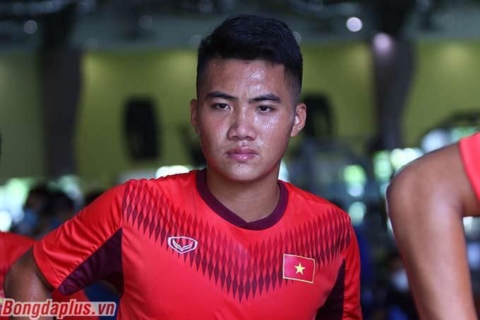 Nhiều cầu thủ vã mồ hôi hột, mặt nhăn nhó trước bài tập thể lực đầu tiên của U19 Việt Nam