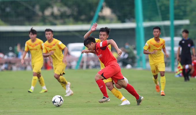 Trận đấu giữa đội 2 nhóm A (đỏ) và đội 2 nhóm B (vàng) khép lại với tỷ số hoà 2-2 - Ảnh: Phan Tùng