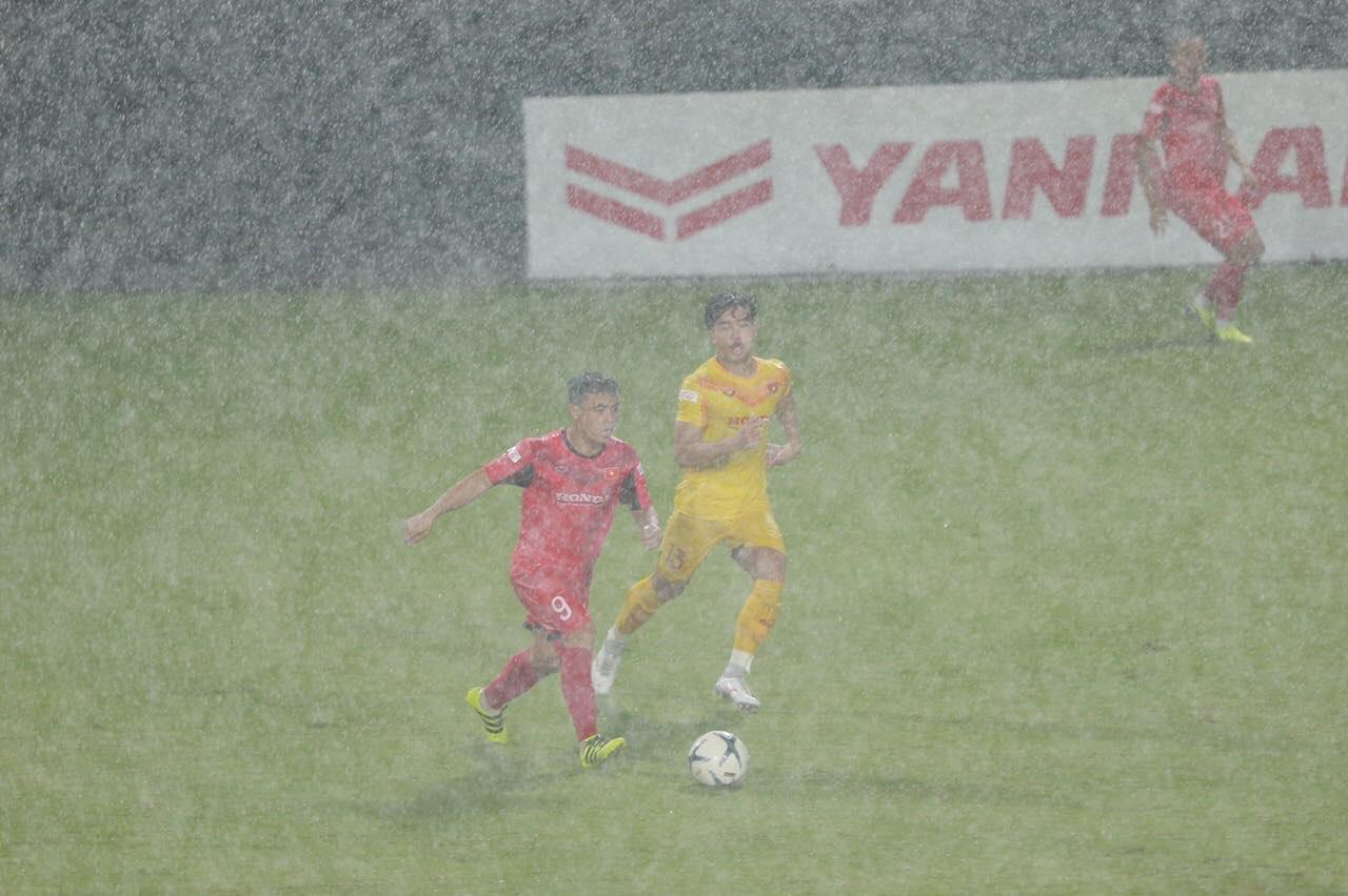 Tiền vệ Lý Công Hoàng Anh (đỏ) chơi ấn tượng, lập cú đúp mang về chiến thắng 5-1 cho đội 1 nhóm A - Ảnh: TX