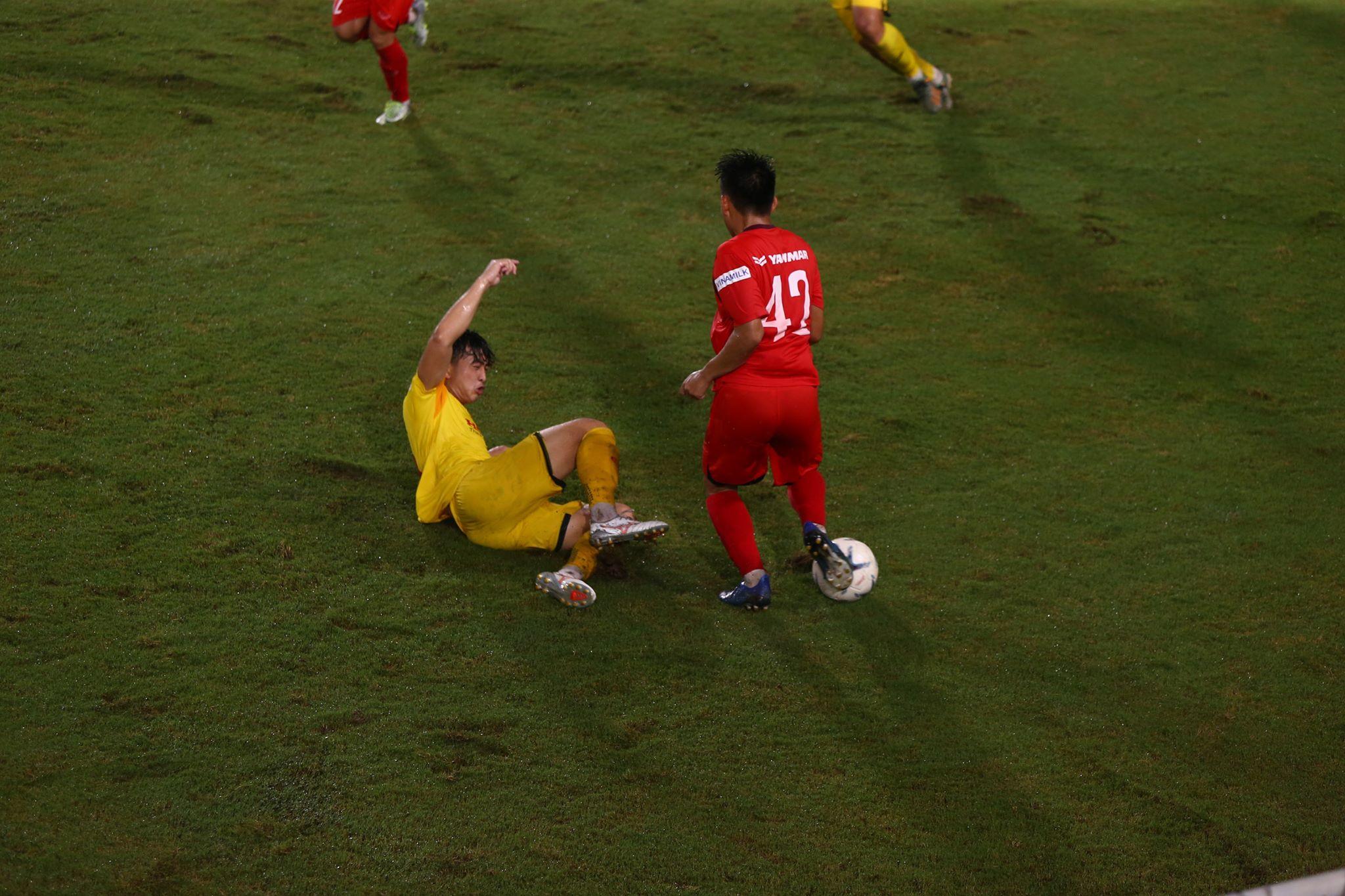 Đội 1 nhóm A (đỏ) có chiến thắng huỷ diệt 5-1 trước đội 1 nhóm B (vàng) - Ảnh: Phan Tùng
