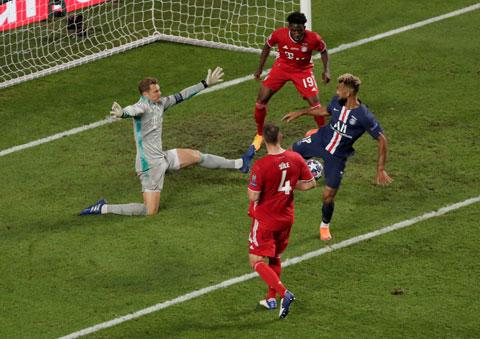 Một tình huống Neuer băng ra cản phá khiến cầu thủ PSG lúng túng dứt điểm hỏng